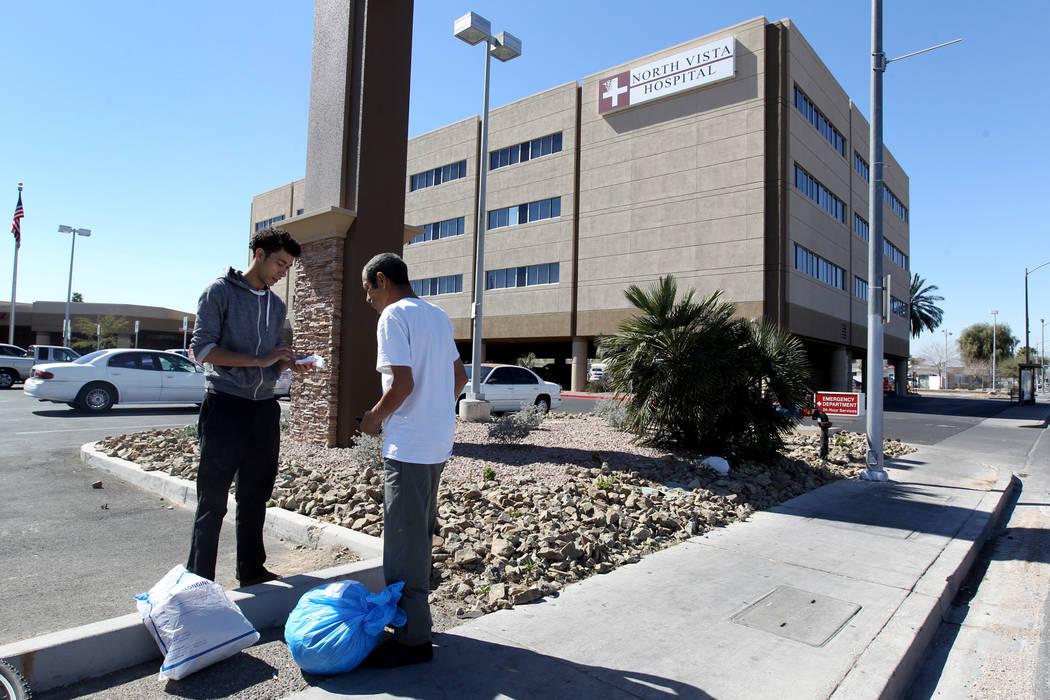 Carlos Sánchez, de 61 años, a la derecha, recibe ayuda para recoger sus pertenencias de su hijo, Jacob Edward Delgado, de 23 años, después de la liberación de Sánchez del pabellón psiquiát ...