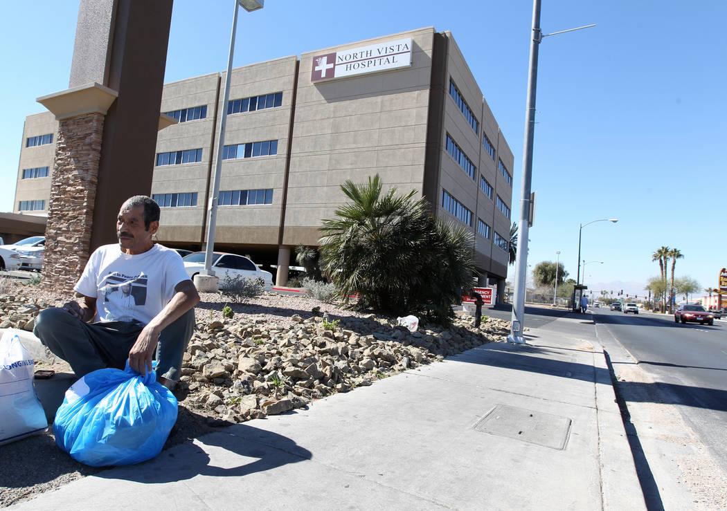 Carlos Sánchez, de 61 años, recoge sus pertenencias después de ser liberado de la sala psiquiátrica del Hospital North Vista el viernes 9 de marzo de 2018. K.M. Cannon Las Vegas Review-Journal ...