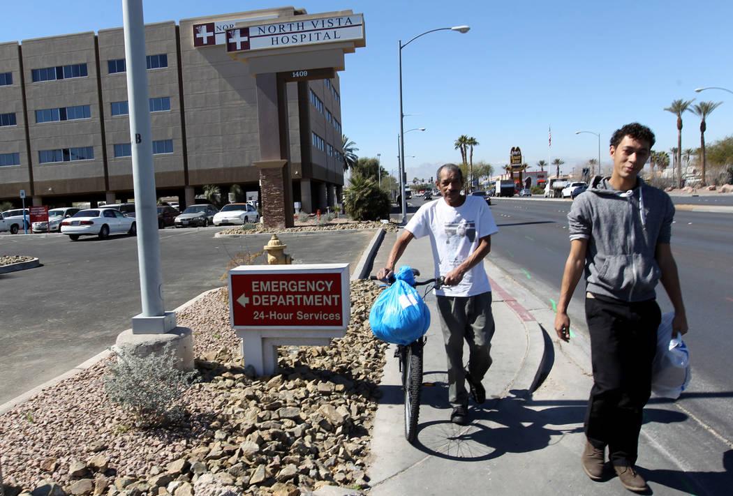 Carlos Sánchez, de 61 años, se fue, y su hijo, Jacob Edward Delgado, de 23 años, caminó hasta una parada de autobús después de la liberación de Sánchez de la sala psiquiátrica del Hospita ...