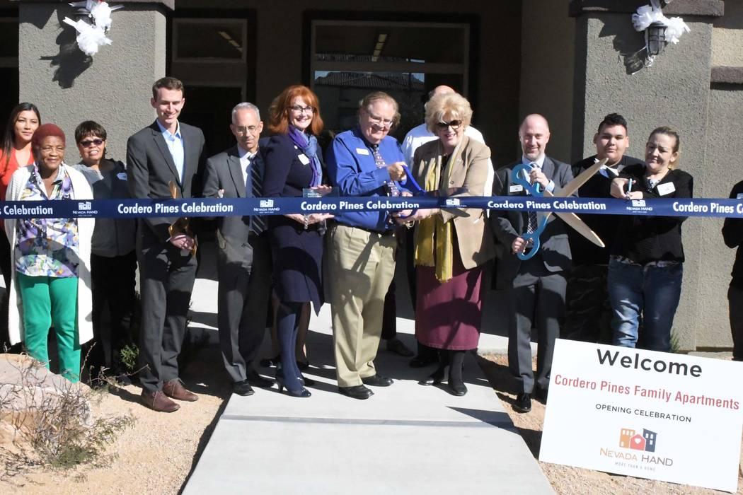 La alcaldesa de Las Vegas: Carolyn Goodman, se une a residentes, Nevada HAND y socios de vivienda y financiación en Cordero Pines, un nuevo complejo de apartamentos asequible en el noreste de Las ...
