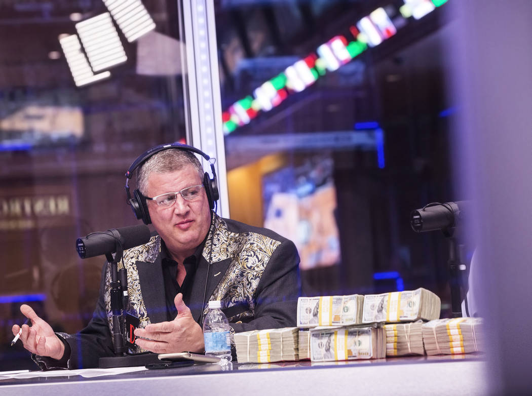 Derek Stevens, propietario del hotel-casino D Las Vegas, discute la apertura de las líneas durante una transmisión en vivo que cubre el Torneo NCCA en Vegas Stats & Information Network el doming ...