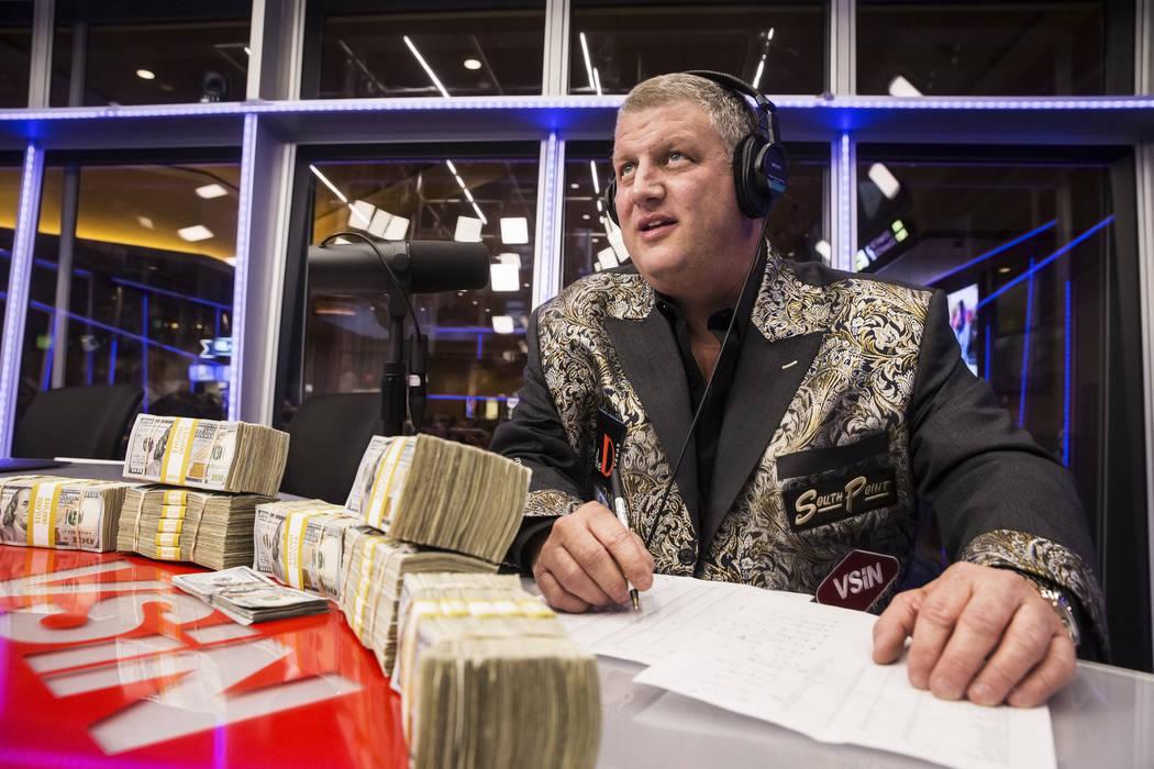 Derek Stevens, propietario del hotel casino D Las Vegas, ve cómo se abren las líneas al final de una transmisión en vivo que cubre el Torneo NCCA en Vegas Stats & Information Network el domingo ...