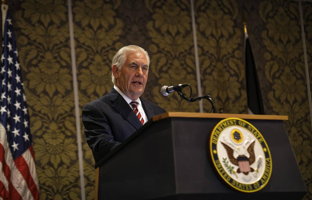 El Secretario de Estado de EE. UU: Rex Tillerson habla a los medios durante una conferencia de prensa conjunta con la Secretaria de Asuntos Exteriores de Kenia, Mónica Juma, en un hotel en Nairob ...