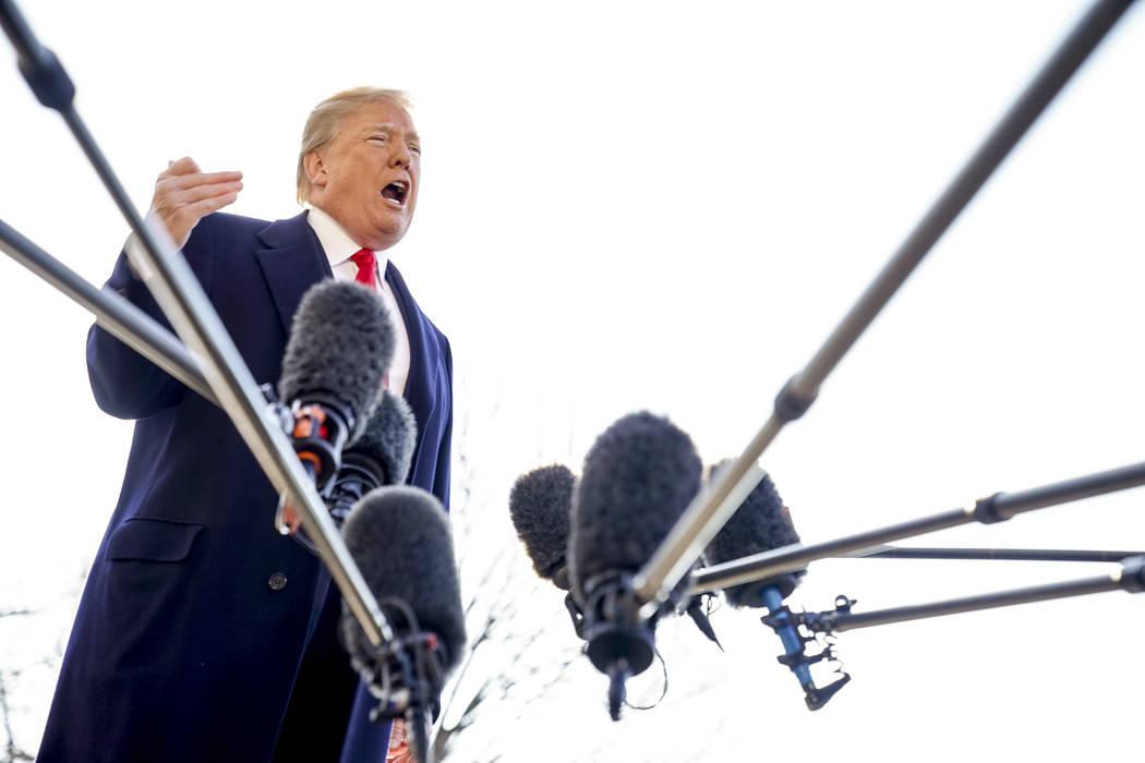 El presidente Donald Trump habla con los periodistas antes de abordar Marine One en el jardín sur de la Casa Blanca en Washington, el martes 13 de marzo de 2018. Trump despidió al secretario de  ...