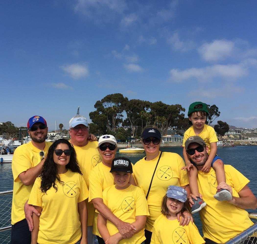 Robert Hunter, tercero desde la izquierda, con su esposa, hijos, suegros y nietos en Laguna Beach, California. (Cortesía de Jenn Moss)