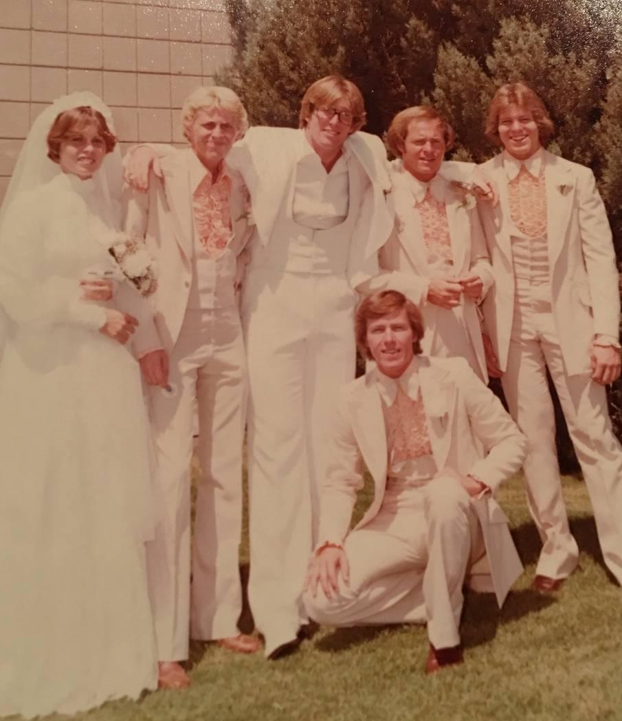 Robert Hunter, tercero desde la izquierda, y Lynne Hunter, izquierda, el día de su boda en 1977. (Cortesía de Jenn Moss)