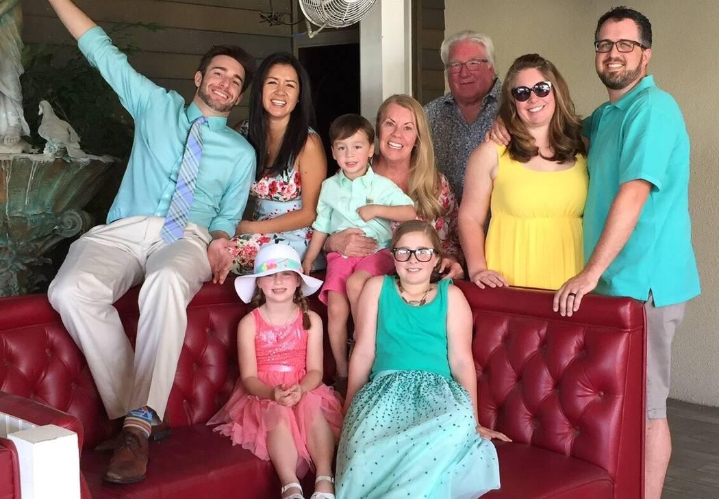 Robert Hunter, tercero desde la derecha, con su esposa, hijos, suegros y nietos en Semana Santa en 2017. (Cortesía de Jenn Moss)
