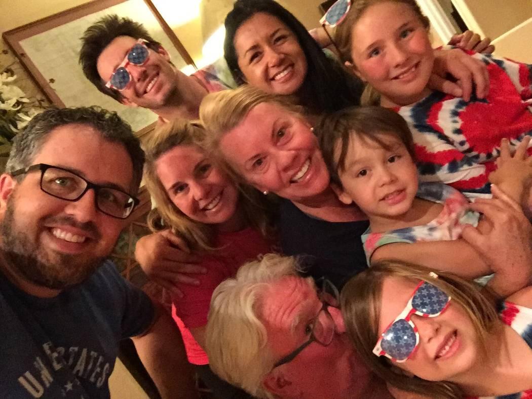 Robert Hunter, abajo, con su esposa, hijos, suegros y nietos el 4 de julio de 2017. (Cortesía de Jenn Moss)