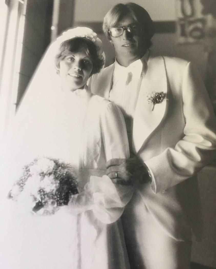 Robert Hunter, a la derecha, con su esposa Lynne Hunter, a la izquierda, el día de su boda en julio de 1977. (Cortesía de Jenn Moss).