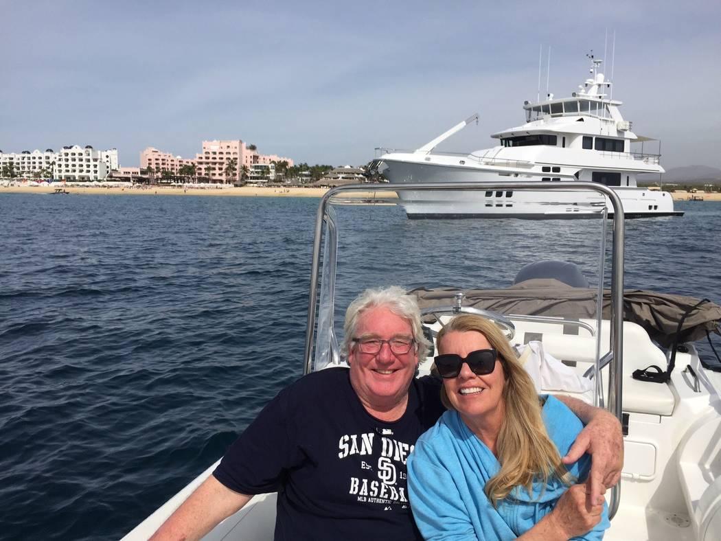 Robert Hunter, a la izquierda, con su esposa, Lynne, a la derecha. (Cortesía de Jenn Moss)