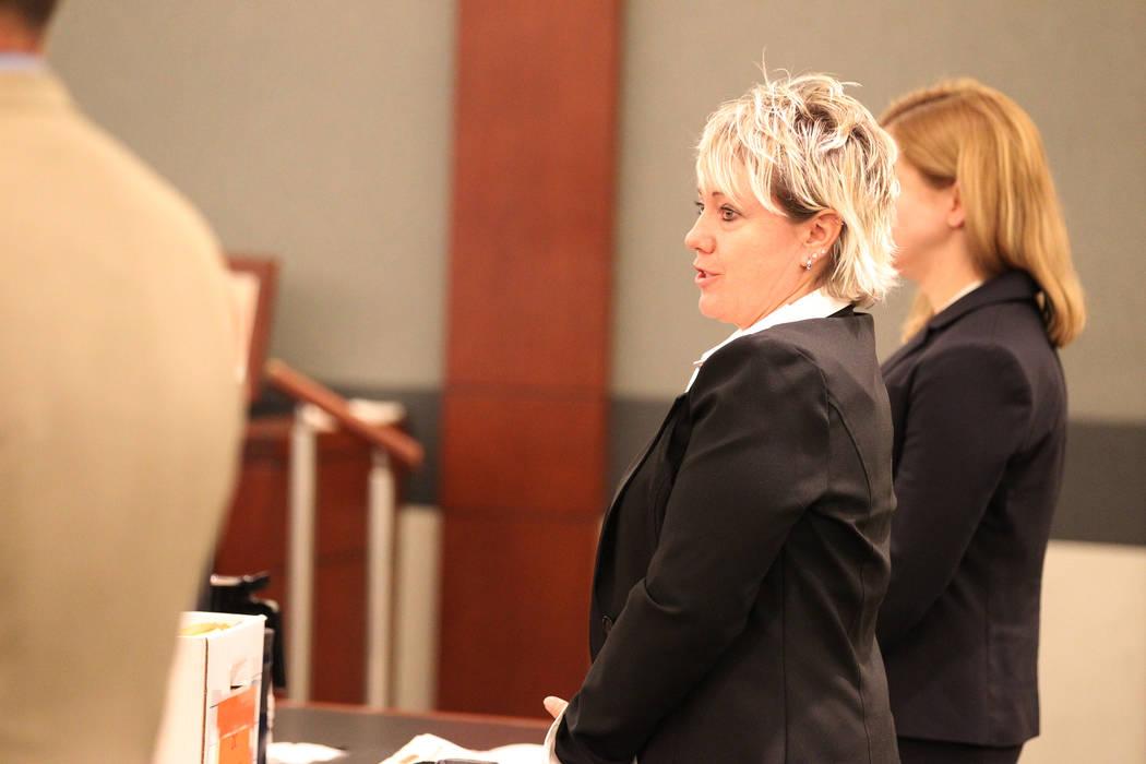 Lisa Ashby, víctima del abogado inhabilitado de Las Vegas: Easton Harris, hace una declaración durante su sentencia en el Centro de Justicia Regional en Las Vegas el martes 13 de marzo de 2018.  ...