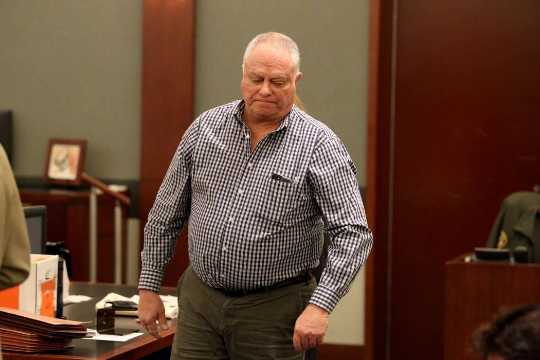 Phillip Quayle, una víctima del abogado inhabilitado de Las Vegas: Easton Harris, regresa a su asiento después de hacer una declaración durante la sentencia de Harris en el Centro de Justicia R ...