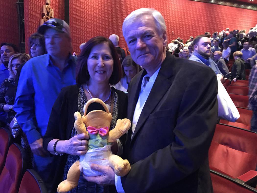 En un momento del show, uno de los participantes lanzó una marioneta a la ubicación de El Tiempo, pero este semanario decidió obsequiarlo a los señores Gould, quienes son seguidores de Fator.  ...