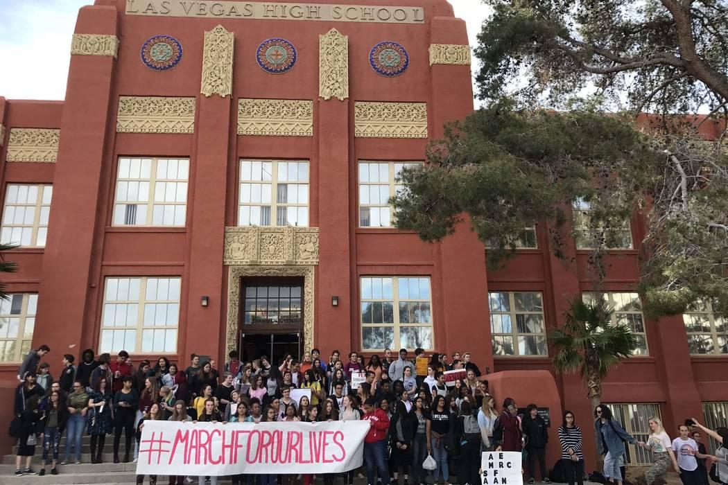 Los estudiantes de la Academia de Las Vegas en el centro de Las Vegas participan en la huelga nacional para protestar por la violencia armada, el miércoles 14 de marzo de 2018. (Erik Verduzco / L ...