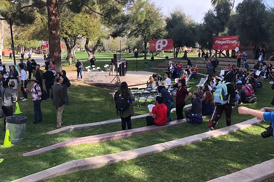 Los estudiantes de UNLV toman parte en una protesta contra la violencia con armas de fuego, el miércoles 14 de marzo de 2018. (Tara Mack / Las Vegas Review-Journal)