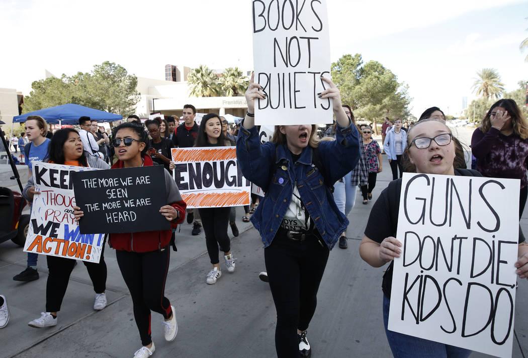 Los estudiantes de la UNLV, incluida Emily Bolshazy, derecha, gritan consignas mientras marchan en su campus en Las Vegas el miércoles 14 de marzo de 2018 como parte de una protesta nacional cont ...