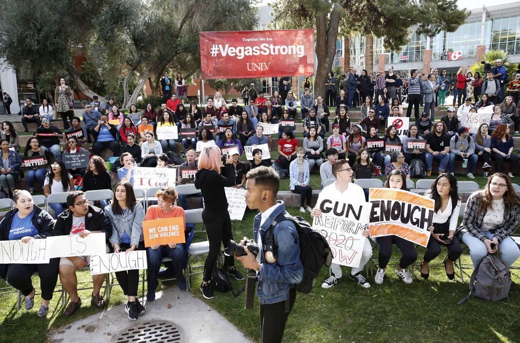 Los estudiantes de UNLV se reúnen después de marchar en su campus de Las Vegas el miércoles 14 de marzo de 2018 como parte de una protesta nacional contra la violencia con armas de fuego. Bizua ...