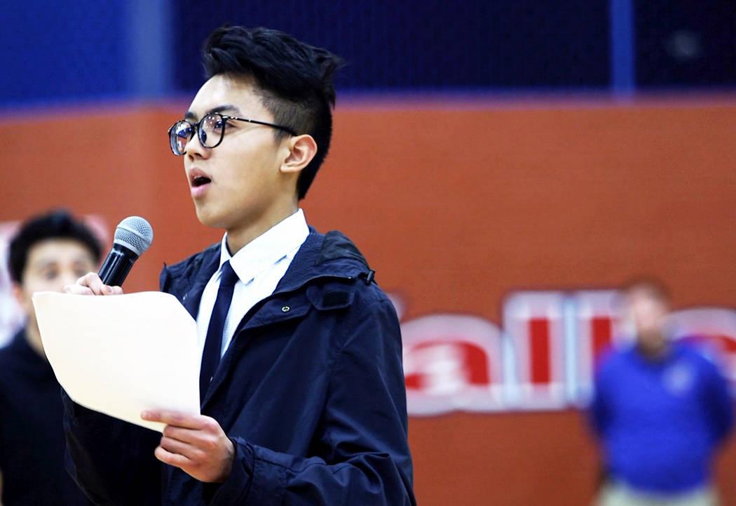 Mateo Beers habla a los estudiantes en Valley High School en Las Vegas, el miércoles 14 de marzo de 2018. Beers fue uno de los estudiantes que organizó una asamblea para hablar sobre el control  ...