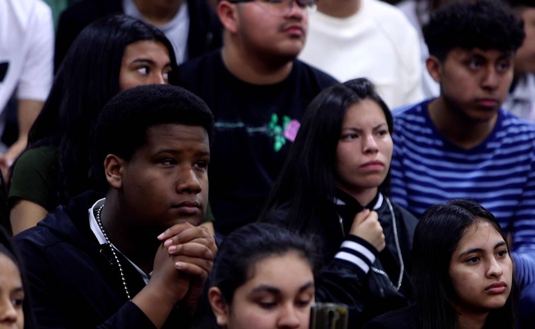 Los estudiantes escuchan durante una asamblea en Valley High School en Las Vegas, el miércoles 14 de marzo de 2018. Los estudiantes organizaron una asamblea para hablar sobre el control de armas  ...