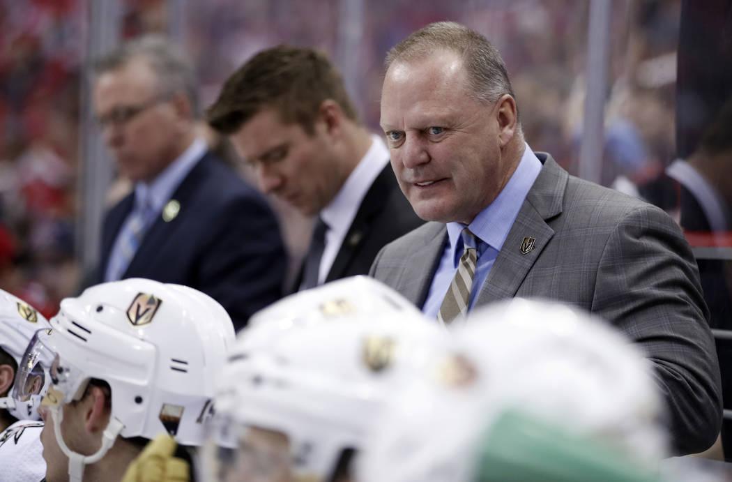 El entrenador en jefe de Los Vegas Golden Knights: Gerard Gallant se encuentra en el banquillo durante el tercer periodo de un partido de hockey de la NHL contra los Washington Capitals, el doming ...