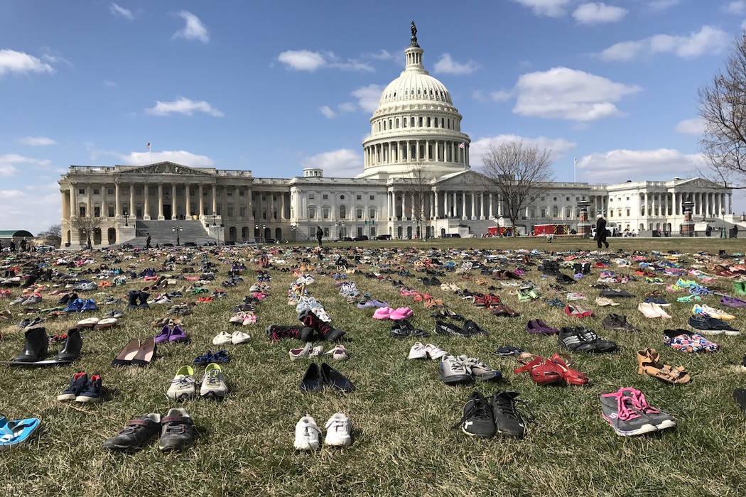 El miércoles 13 de marzo de 2018 se colocaron pares de zapatos en el césped en las afueras del Capitolio de los EE. UU. (Gary Martin / Las Vegas Review-Journal)