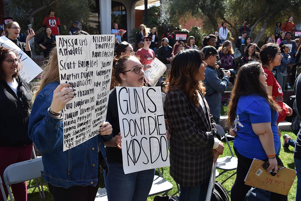 Decenas de estudiantes se sumaron al movimiento contra la violencia armada escribiendo mensajes sobre pancartas. Miércoles 14 de marzo de 2018 en UNLV. Foto Anthony Avellaneda / El Tiempo.