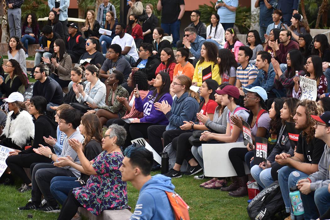 Cerca de 200 personas se unieron al movimiento #NationalSchoolWalkout en UNLV. Miércoles 14 de marzo de 2018 en UNLV. Foto Anthony Avellaneda / El Tiempo.