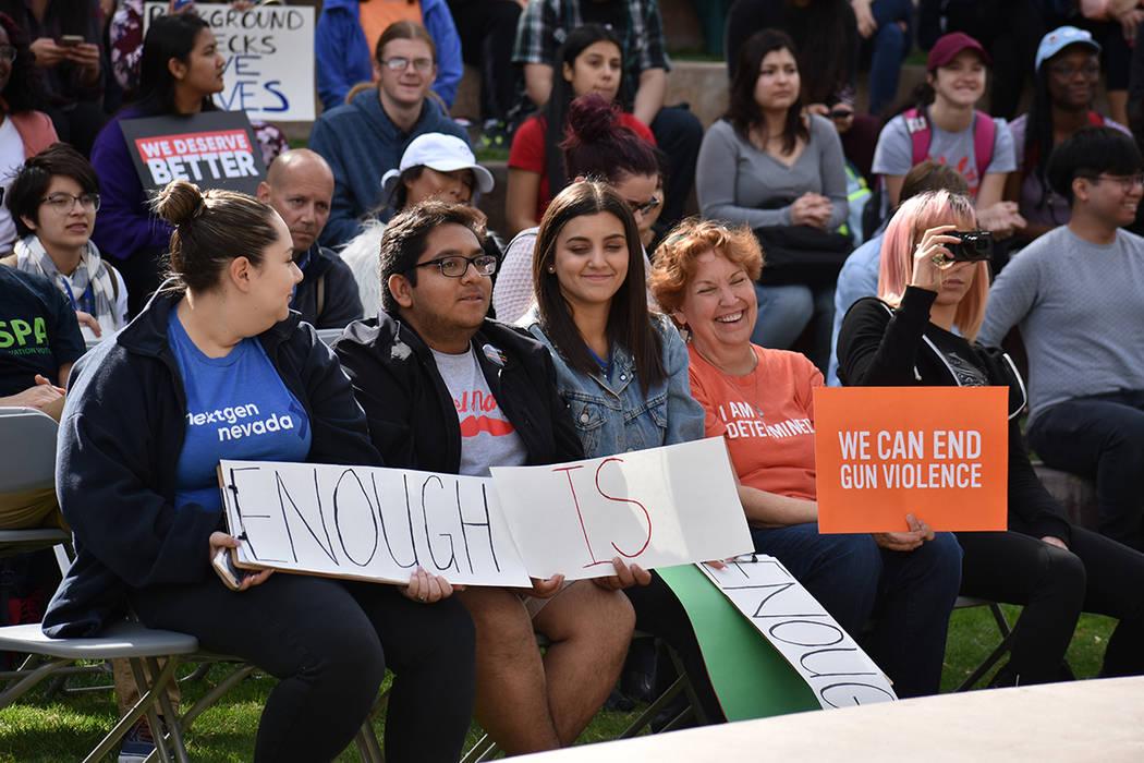 Con pancartas, los asistentes protestaron contra la violencia armada. Miércoles 14 de marzo de 2018 en UNLV. Foto Anthony Avellaneda / El Tiempo.