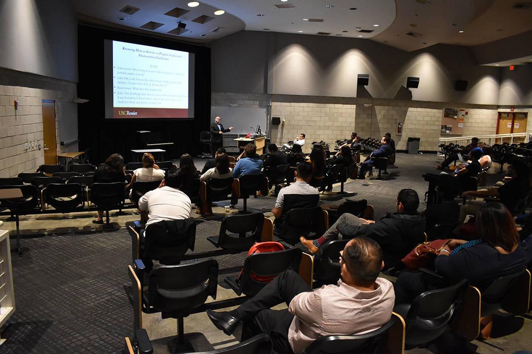 Decenas de estudiantes acudieron a la conferencia del Dr. Adrián Huerta para informarse sobre temas sociales. Martes 13 de marzo de 2018 en UNLV. Foto Anthony Avellaneda / El Tiempo.