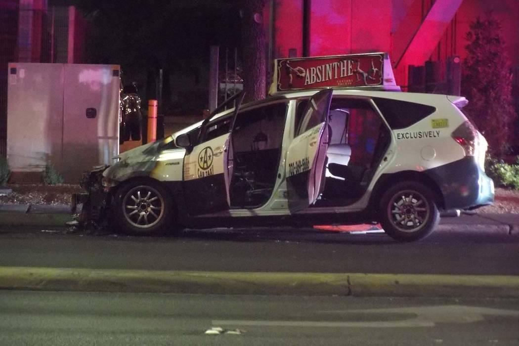 Un taxi se incendió la madrugada del jueves en la carretera Paradise, cerca de Desert Inn. Nadie resultó herido y la policía no conoce la causa del incendio. (Max Michor / Las Vegas Review-Journal)