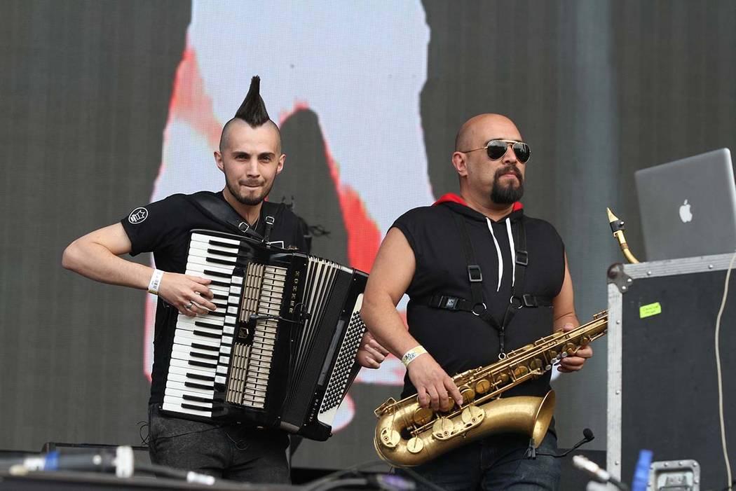 La banda mexicana Los de Abajo animó al público en el Vive Latino 2018 donde hizo valer su historia musical de 25 años de trayectoria. México, 17 Mar. 2018 (Notimex-Gustavo Durán).