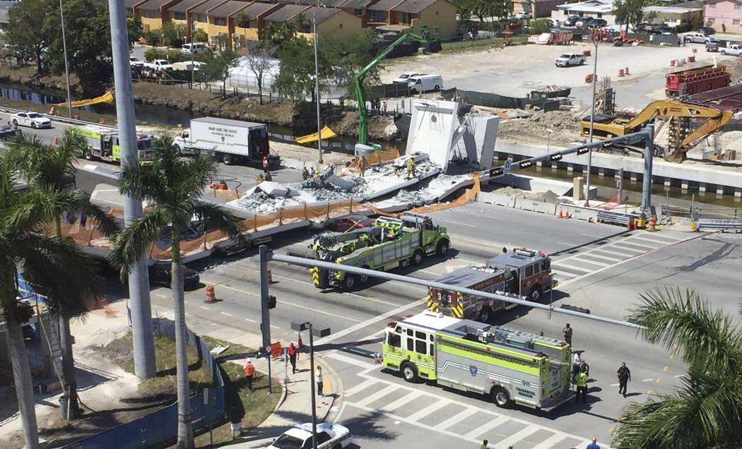 El personal de emergencias responde a un puente peatonal colapsado en la Universidad Internacional de Florida el jueves 15 de marzo de 2018, en el área de Miami. El flamante puente peatonal colap ...