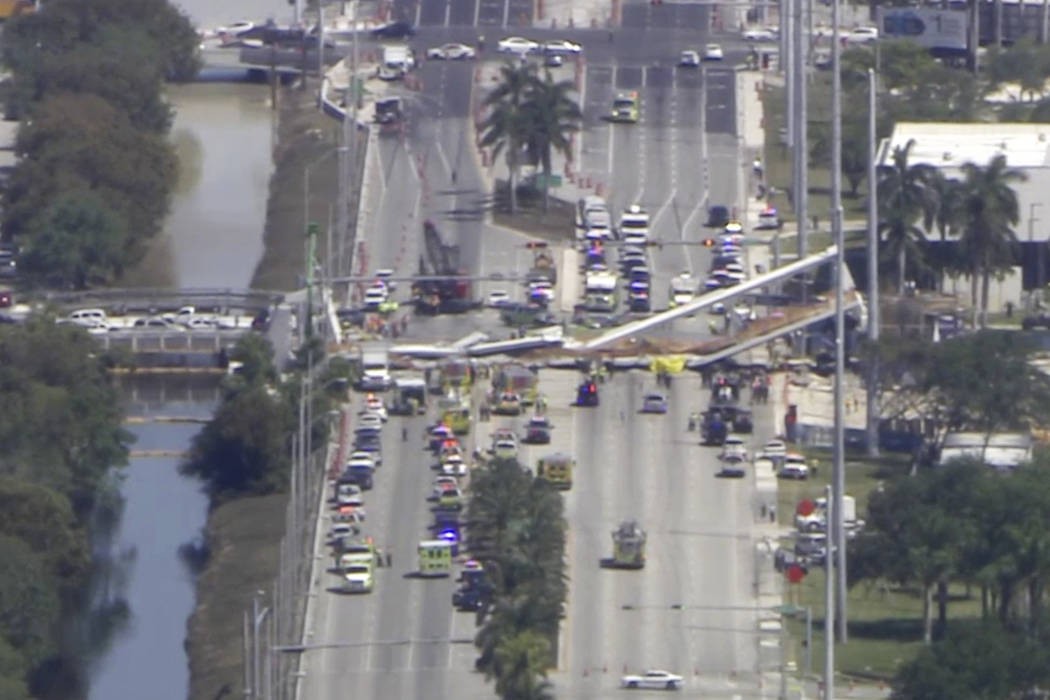 En este cuadro de video, el personal de emergencia trabaja en la escena de un puente colapsado en el área de Miami, el jueves 15 de marzo de 2018. (WPLG-TV vía AP)
