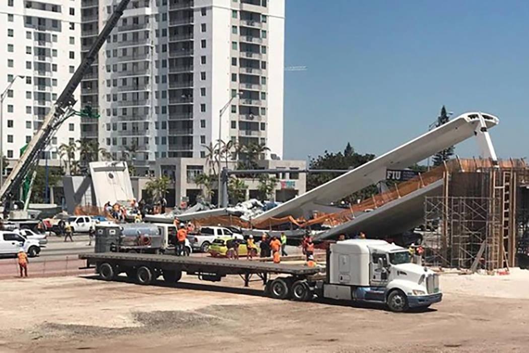 El personal de emergencia trabaja en la escena de un puente colapsado en el área de Miami, el jueves 15 de marzo de 2018. (magno.meza / Instagram)