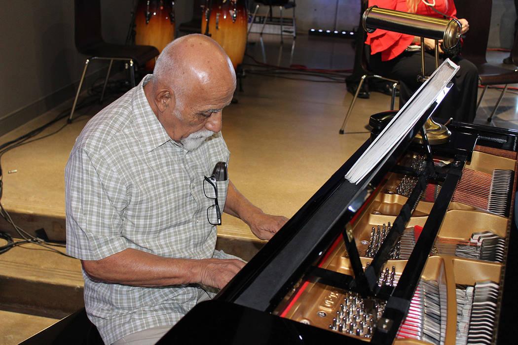 David Cruz es ciego hace 8 años por glaucoma, hoy es maestro de piano. Jueves 15 de marzo de 2018. The Blind Center. Foto Cristian De la Rosa /El Tiempo - Contribuidor.