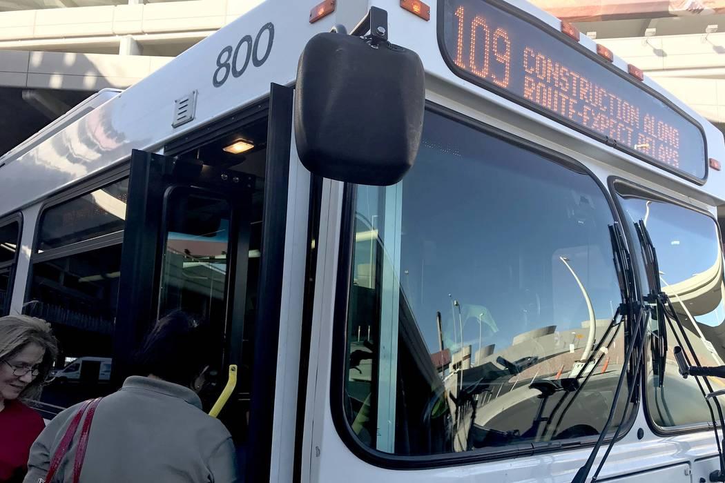 Los pasajeros abordan el autobús de la ruta 109 de la Comisión Regional de Transporte del Sur de Nevada. (Bridget Bennett / Las Vegas Review-Journal)