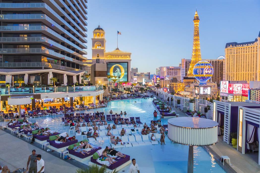 """Los asistentes a la piscina disfrutan de una muestra de """"Happy Gilmore"""" durante las películas de inmersión en Boulevard Pool en el Cosmopolitan de Las Vegas el lunes 5 de junio de 2017. (Benjami ..."""