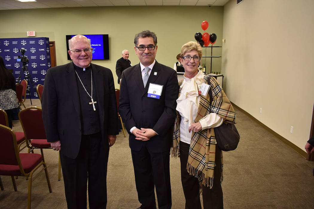 De izquierda a derecha, el Obispo Pepe, Andrés Abella de CLINIC, y la precandidata a la gubernatura de Nevada, Chris Giunchigliani. Jueves 15 de marzo de 2018 en el Centro Católico de Las Vegas. ...