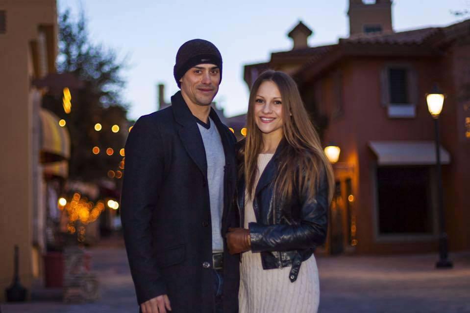 Yann Arnaud se muestra con su esposa: Inna Gorelova, en una foto publicada en su página de Facebook en enero de 2016. (Facebook)