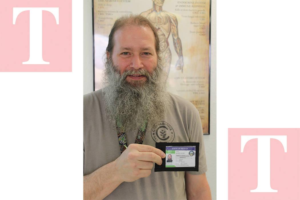 El instructor de WeCan, Kurt Duchan, muestra su licencia para trabajar en tiendas de marihuana. Sábado 17 de marzo del 2018 en WeCan. Foto Cristian De la Rosa / El Tiempo - Contribuidor.