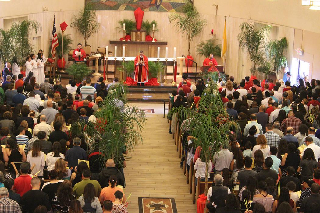 El cupo de 700 personas de la iglesia de Santa Ana, siempre se ve rebasado para las misas de semana santa. Foto El Tiempo / Archivo.