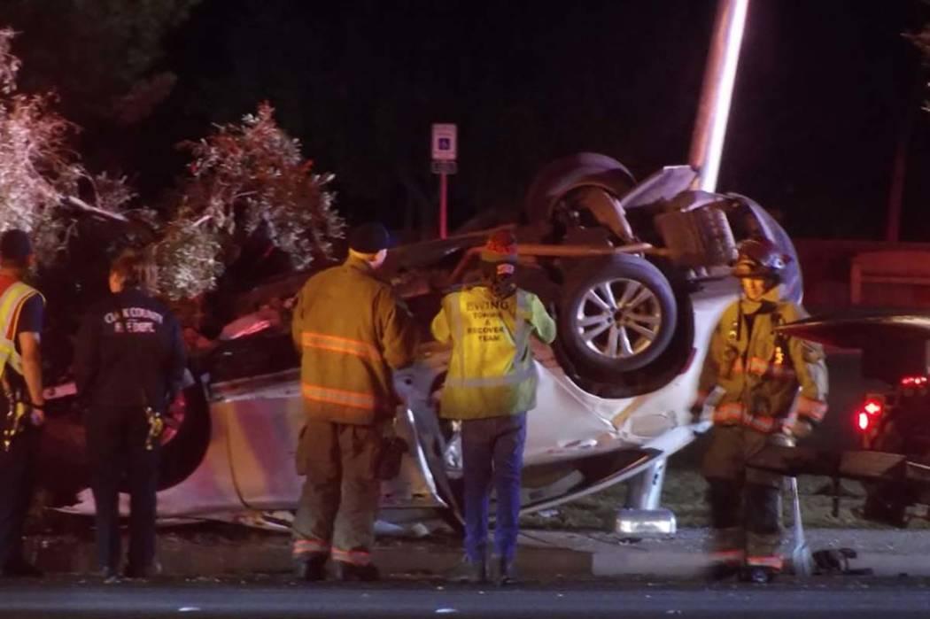 Los bomberos del condado de Clark han volteado un SUV que estuvo involucrada en una volcadura el lunes por la mañana en la carretera Flamingo cerca del Bulevar Jones. (Max Michor / Las Vegas Revi ...