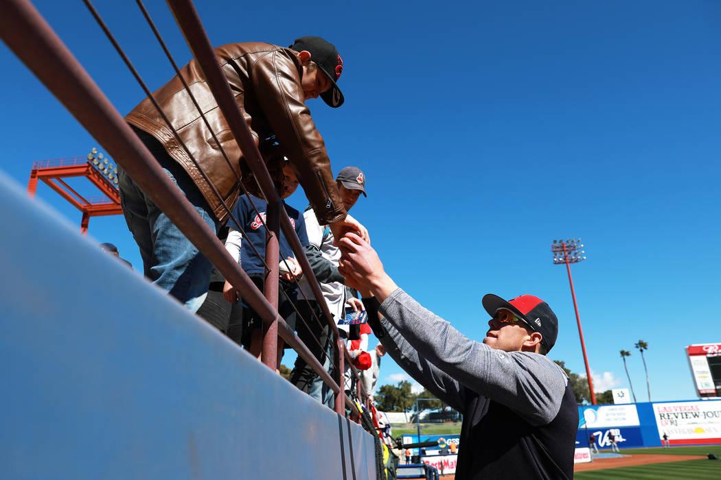 Bradley Zimmer, de los Indios de Cleveland, firma autógrafos antes del juego anual de béisbol Big League Weekend en Cashman Field en Las Vegas el domingo 18 de marzo de 2018. Andrea Cornejo Las  ...