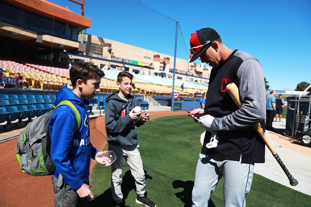 Bradley Zimmer, de los Indios de Cleveland, firma autógrafos para Ryan Shulman, de 13 años, izquierda, y Jackson Tanko, de 13, antes del juego de béisbol anual Big League Weekend en Cashman Fie ...