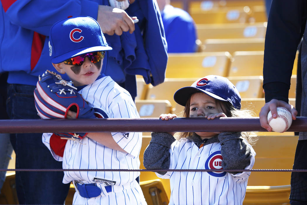 Otto Braverman, de 5 años, y su hermana de 2 años, Ivy, asisten al juego anual de béisbol Big League Weekend en Cashman Field en Las Vegas el domingo 18 de marzo de 2018. Andrea Cornejo Las Veg ...