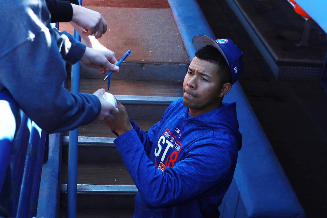 José Quintana, de los Chicago Cubs, firma autógrafos antes del juego anual de béisbol Big League Weekend en Cashman Field en Las Vegas el domingo 18 de marzo de 2018. Andrea Cornejo Las Vegas R ...