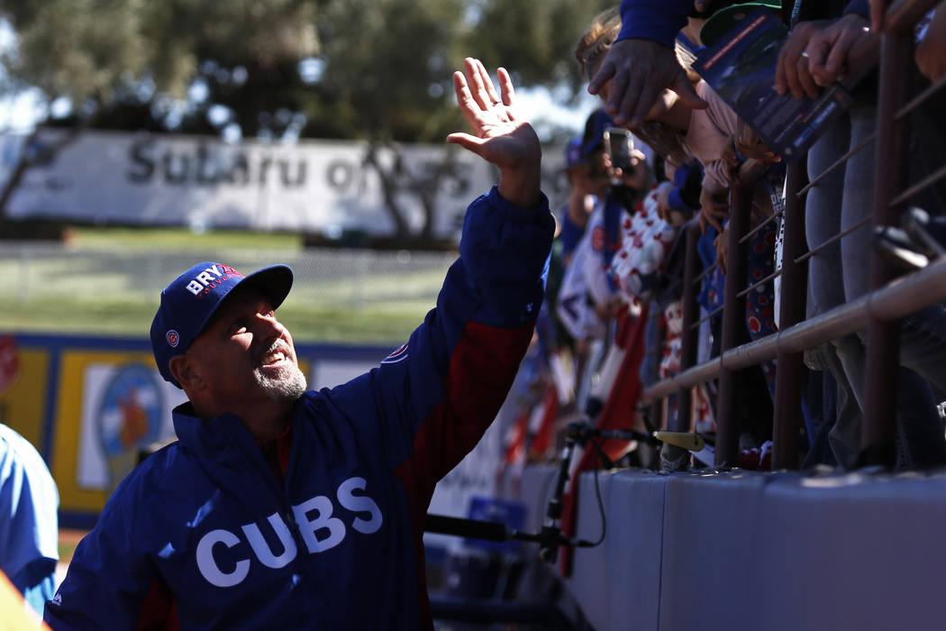 Mike Bryant, el padre de Krys Bryant, saluda a los fanáticos de los Cachorros de Chicago antes del juego anual de béisbol Big League Weekend en Cashman Field en Las Vegas el domingo 18 de marzo  ...