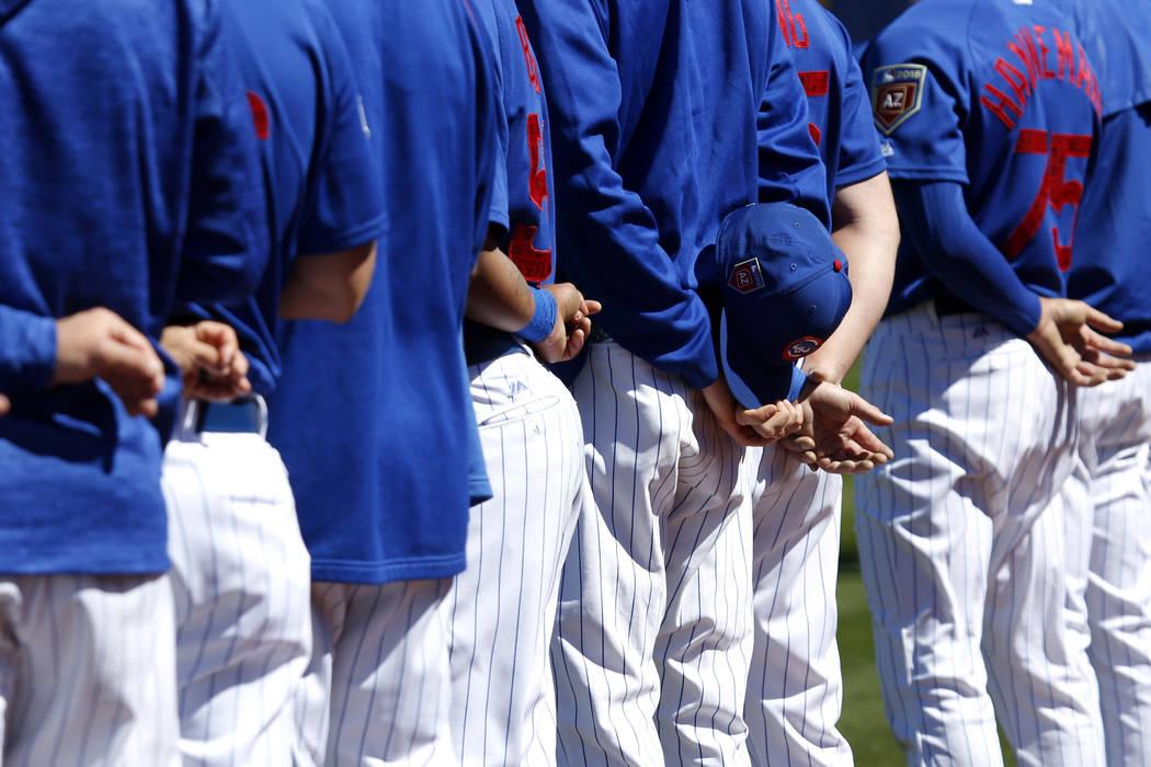 Los Cachorros de Chicago representan el juramento de lealtad durante el juego anual de béisbol Big League Weekend en Cashman Field en Las Vegas el domingo 18 de marzo de 2018. Andrea Cornejo Las  ...