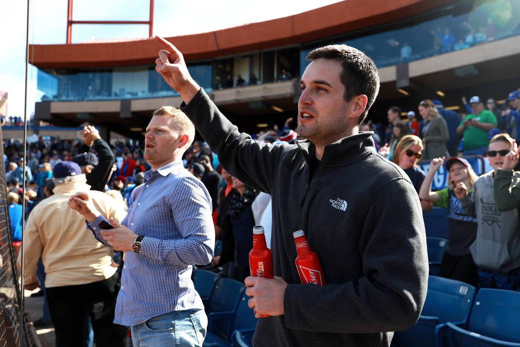 Mike O'Hara, de 28a años, derecha, y Matthew Anderson, de 28, cantan durante el juego anual de béisbol Big League Weekend en Cashman Field en Las Vegas el domingo 18 de marzo de 2018. Andrea Cor ...