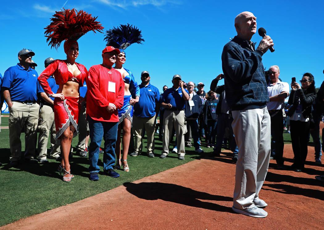 El comisionado del condado de Clark: Larry Brown,se dirige a la multitud antes del juego anual de béisbol Big League Weekend en Cashman Field en Las Vegas el domingo 18 de marzo de 2018. Andrea C ...